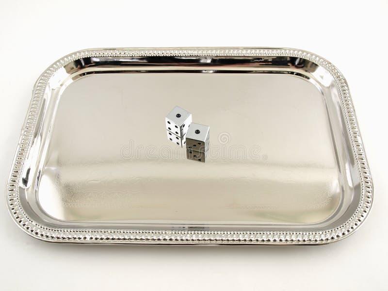 Silberne Würfel auf einem silbernen Tellersegment lizenzfreie stockfotografie