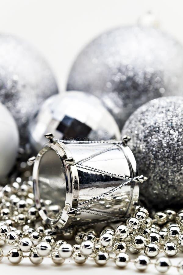 Silberne Weihnachtsdekoration, Bälle, Perlen, nahes hohes Isolat der Glocke stockfotografie
