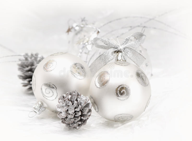 Silberne Weihnachtskugel stockbild