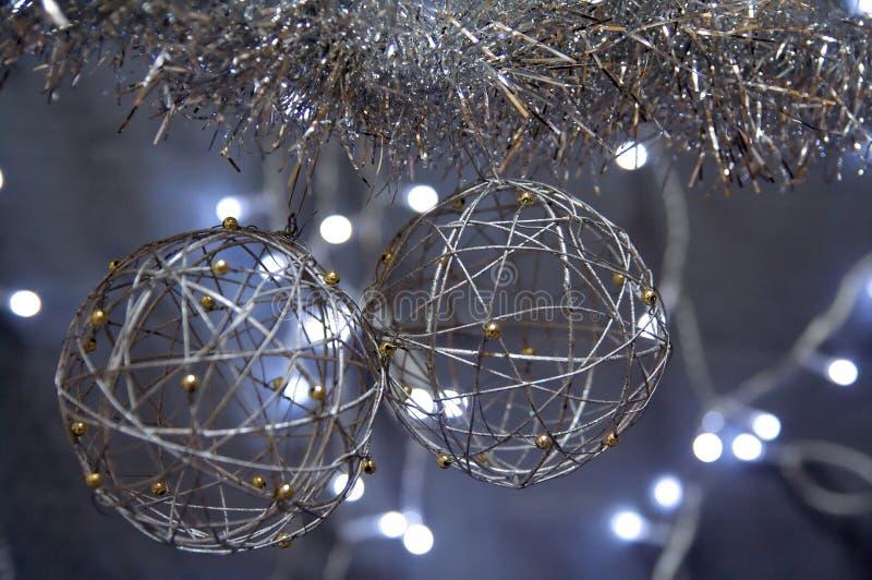 Silberne Weihnachtskugeln stockbilder