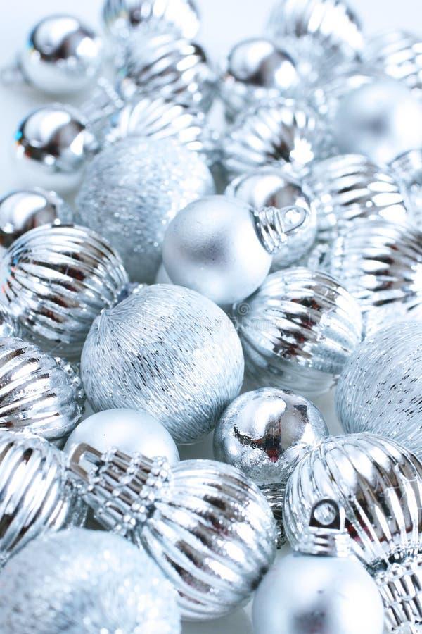 Silberne Weihnachtskugeln stockbild