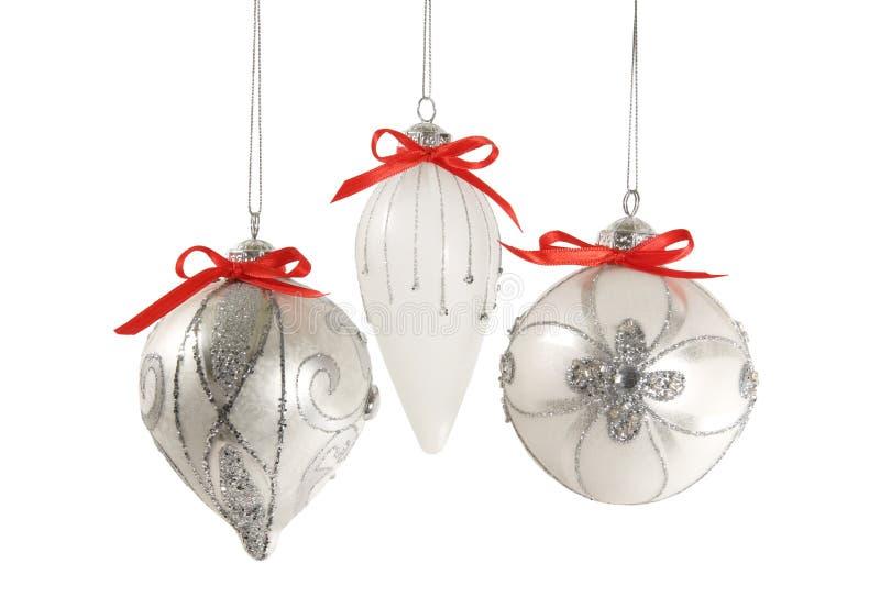 Silberne Weihnachtsverzierungen trennten stockbilder