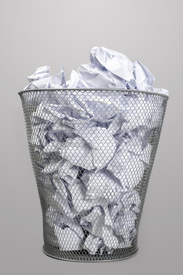 Silberner Abfalleimer und Papiere lizenzfreies stockfoto