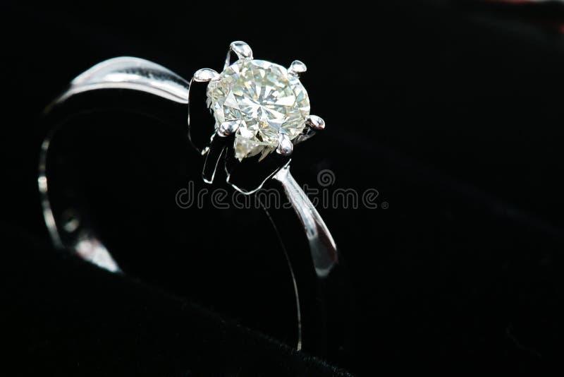 Silberner Diamantring stockbild