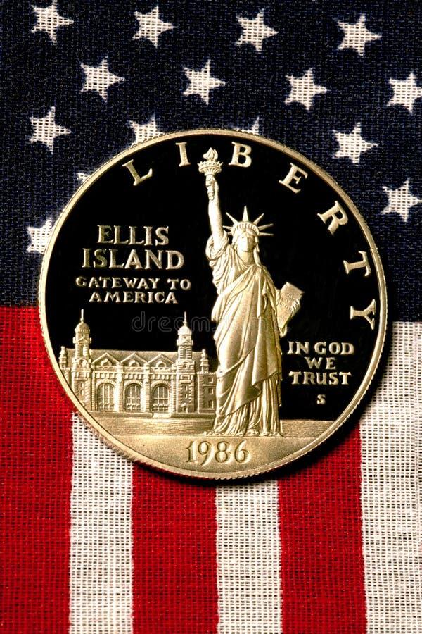 Silberner Dollar auf amerikanischer Flagge stockfotos