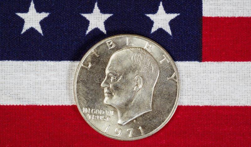 Silberner Dollar Eisenhower auf amerikanischer Flagge stockbild
