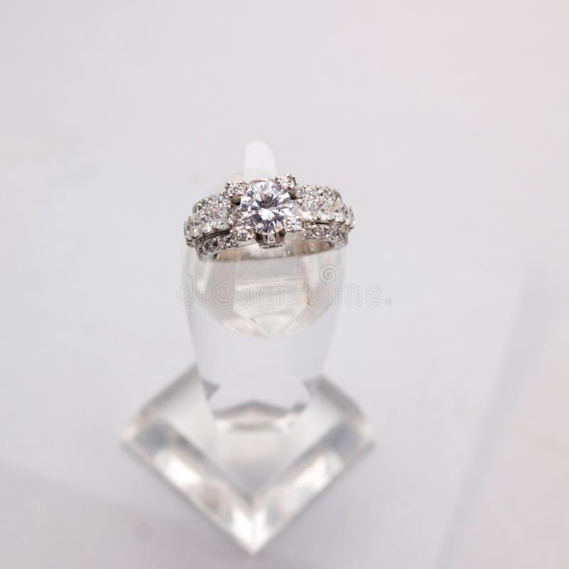 Silberner handgemachter Ring mit Diamanten stockbilder