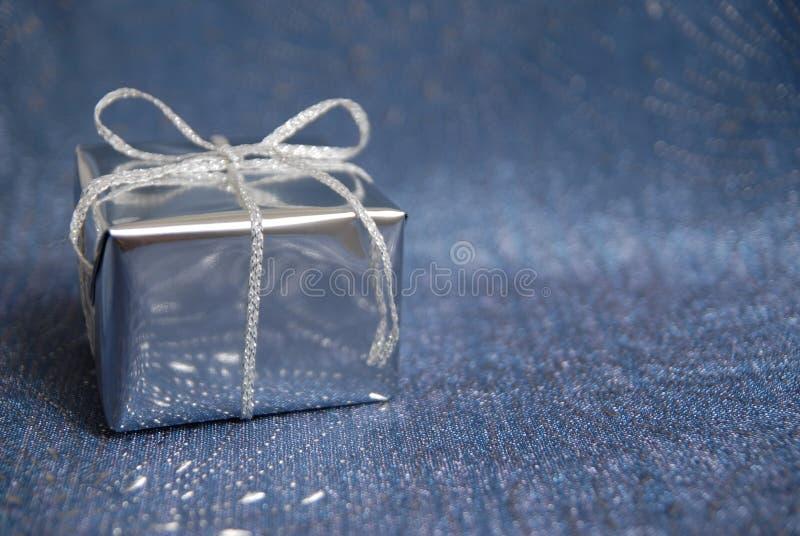 Silberner Kasten mit einem Geschenk stockfotos