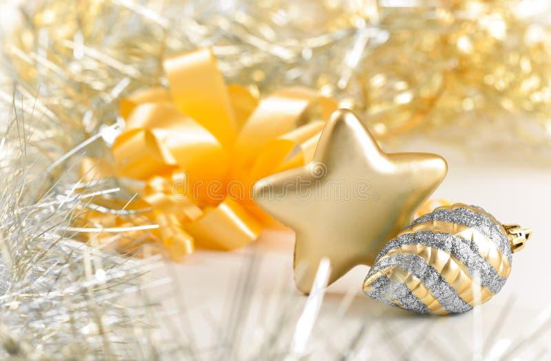 Silberner Kegel und goldene Sternweihnachtsnoch Lebensdauer lizenzfreie stockfotos