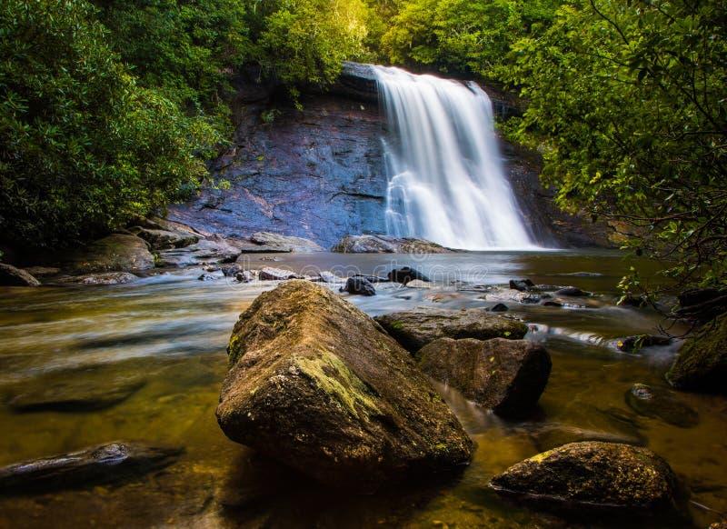Silberner Laufwasserfall lizenzfreie stockfotos