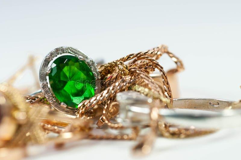 Silberner Ring mit grünem Edelstein stockbild