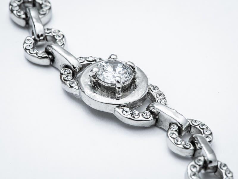 Silberner Schmuck auf weißem Hintergrund stockfoto