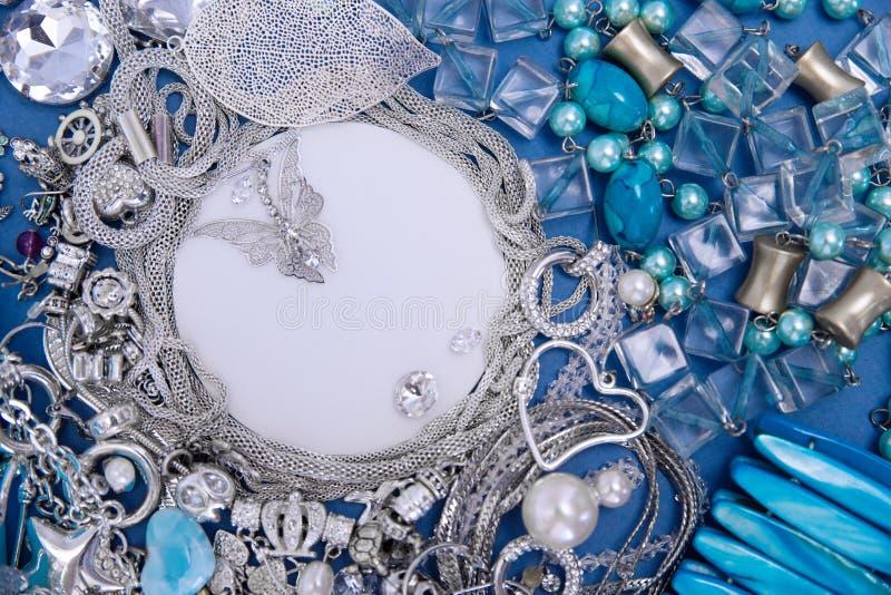 Silberner Schmuck Platz f?r Text Blaue und silberne Verzierungen auf blauem Hintergrund stockbilder