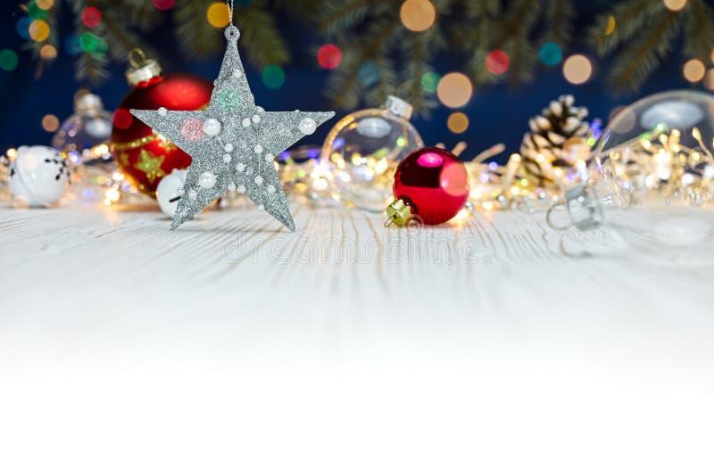 Silberner Stern und Glaskugeln auf weißem Hintergrund mit unscharfem chr lizenzfreies stockfoto