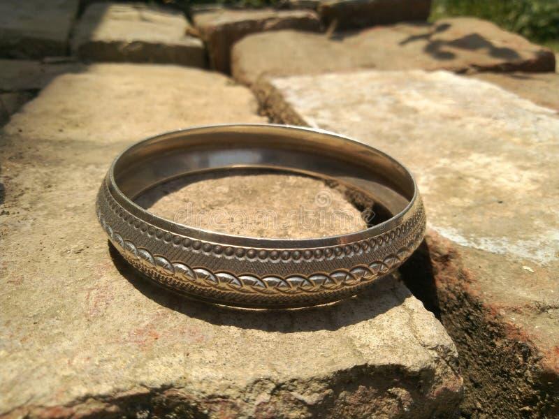 Silbernes Armband mit einzigartigem Muster und Linien lizenzfreies stockbild