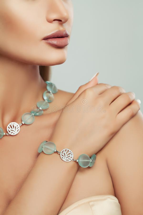 Silbernes Armband und Halskette mit Halbedelsteinen lizenzfreie stockfotos