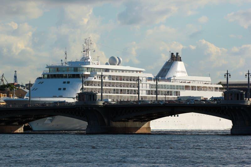 Silbernes Flüsternkreuzschiff in St Petersburg, Russland stockfotografie