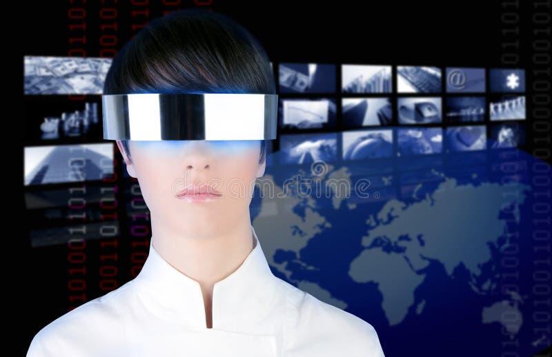 Silbernes futuristisches Glasfrauenfernsehnachrichtenkino lizenzfreies stockbild