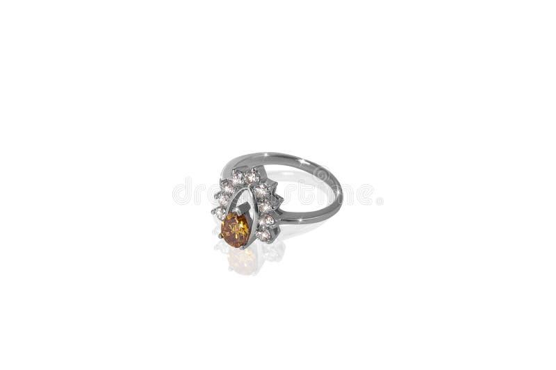 Silbernes Goldkostbare Ringfrau mit großen gelben Diamanten auf weißem Hintergrund Gutes Material für Designschmuck stockbilder