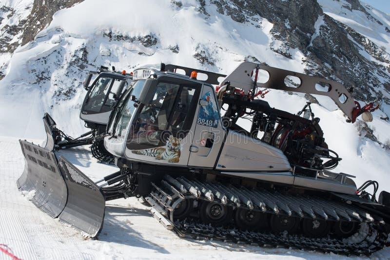 Silbernes Grau ratrak auf der schneebedeckten Steigung des Kaukasus in Sochi Ratrak sind an p gewöhnt stockbild