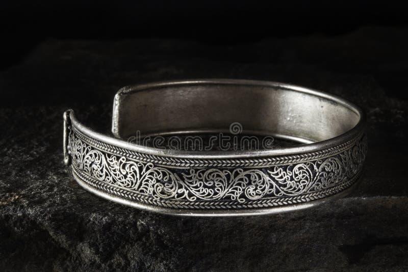 Silbernes keltisches Armband stockfotos