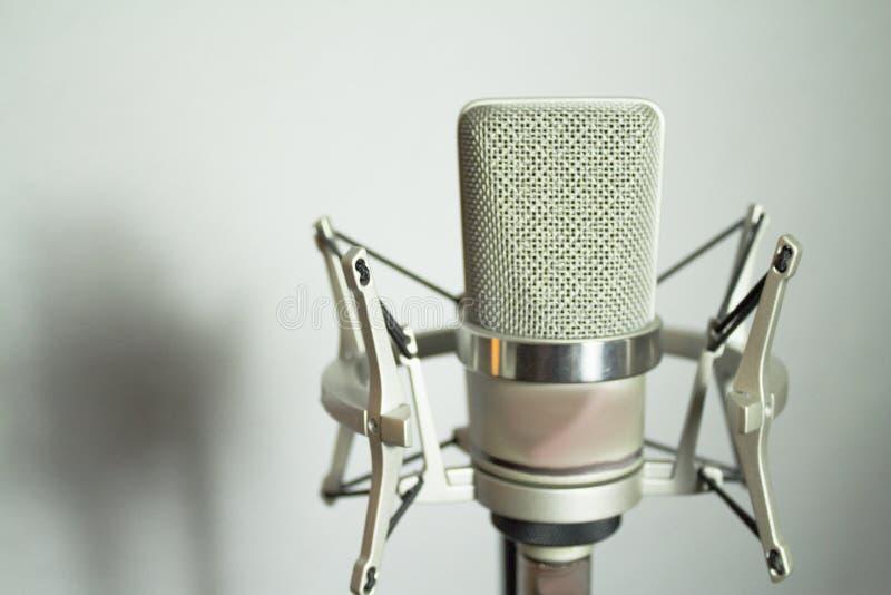 Silbernes Mikrofon auf weißem Hintergrund lizenzfreies stockfoto