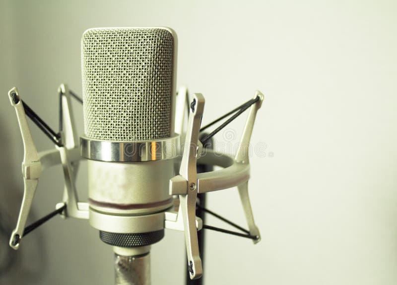 Silbernes Mikrofon auf weißem Hintergrund lizenzfreie stockfotografie