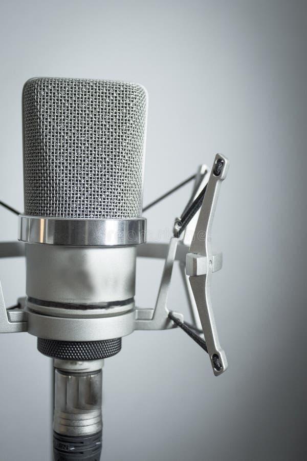 Silbernes Mikrofon auf weißem Hintergrund lizenzfreies stockbild