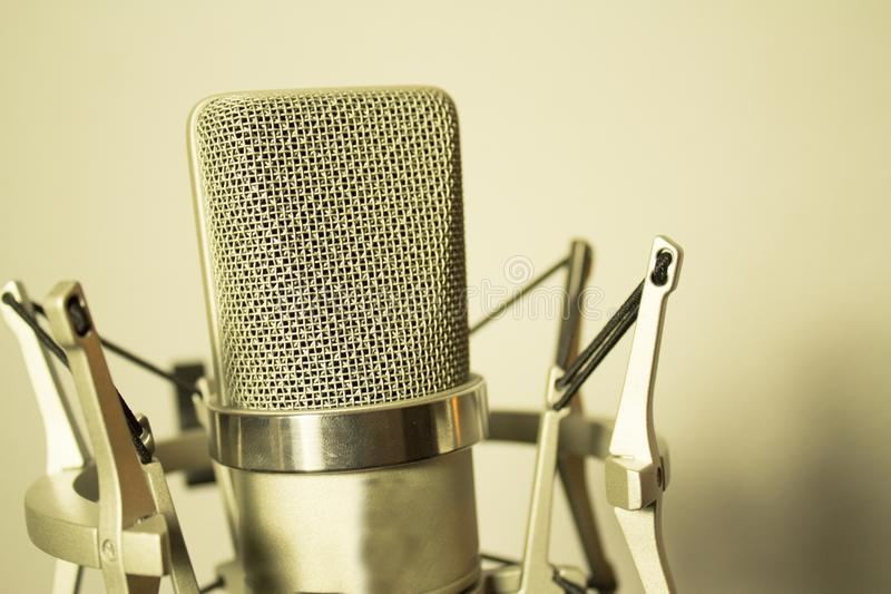 Silbernes Mikrofon auf weißem Hintergrund stockbilder