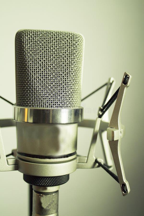 Silbernes Mikrofon auf weißem Hintergrund stockbild
