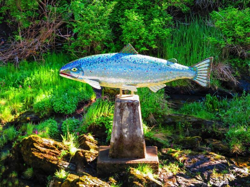 Silbernes mosiac Lachsstatue in Ketchikan lizenzfreie stockfotografie