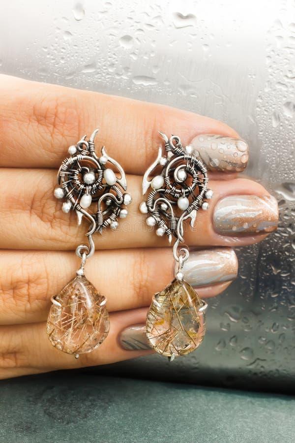 Silbernes Ohrgehänge mit Rutil quartz-2 lizenzfreies stockfoto