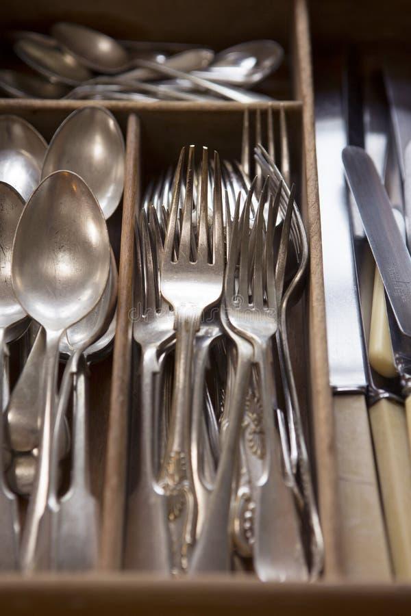 Silbernes Tischbesteck vereinbart im Fach lizenzfreies stockbild