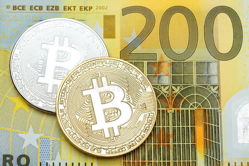 Silbernes und goldenes bitcoin auf Banknotenhintergrund des Euros 200 stockfotos