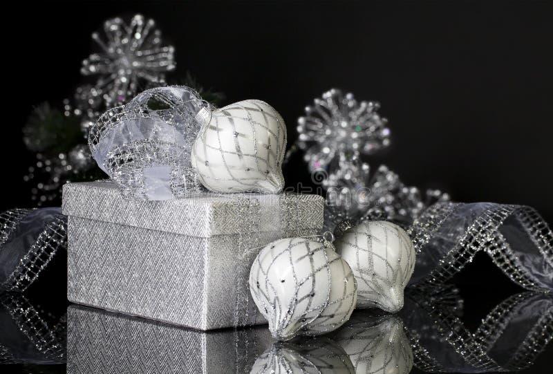 Silbernes Weihnachtsgeschenk und -verzierungen stockbild