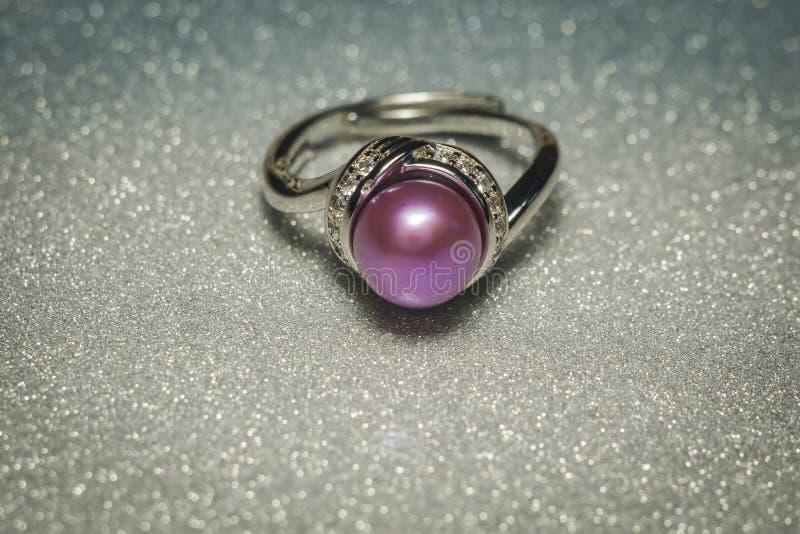 Silberring mit violetter Perle stockfotos