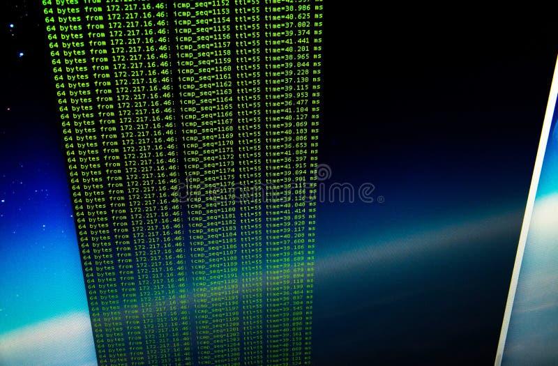 Silbido de bala del sitio usando cáscara del golpe de UNIX Código verde en la línea de comandos i fotos de archivo libres de regalías
