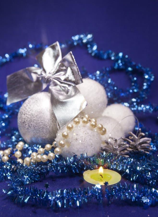 Silbrige und weiße flaumige schöne neues Jahr ` s Bälle, glänzendes Lametta, kleine Tiefe von Schärfe lizenzfreies stockbild