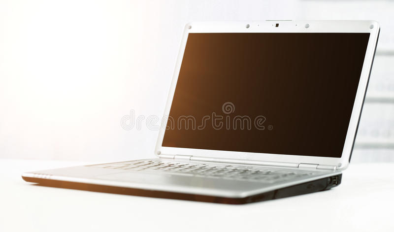 Silbriger Laptop im modernen Büro stockfotos