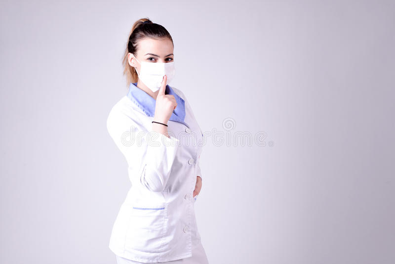 Silence de geste d'infirmière de jeunes svp image stock