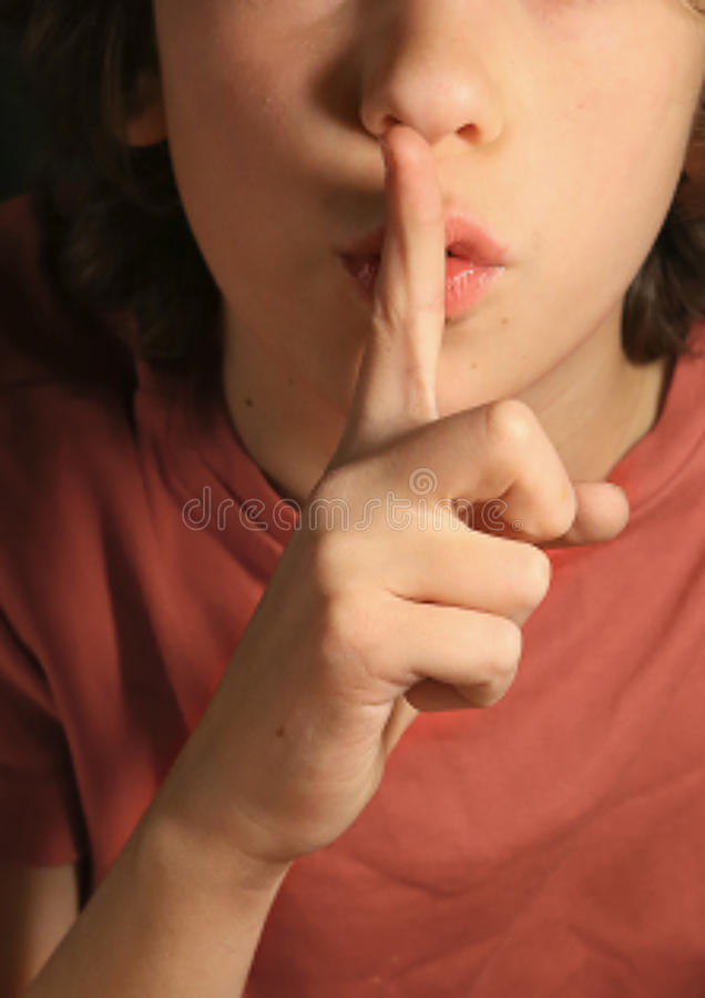 Silencie o gesto, o menino pede mantém o segredo importante foto de stock