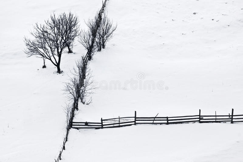 Silencio del invierno con los árboles y la cerca de madera imágenes de archivo libres de regalías
