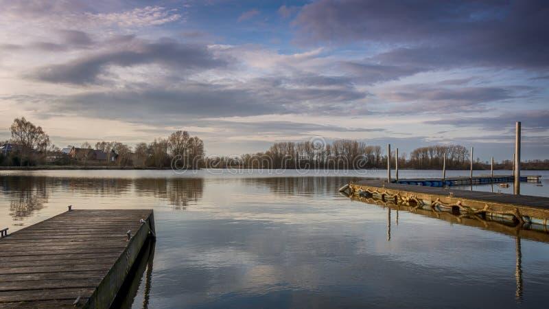 Silencio en el lago con Forest In Background imágenes de archivo libres de regalías