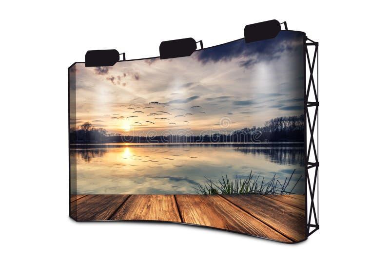 Silencio en el lago - paseo marítimo en la puesta del sol - publicidad de la exhibición de la bandera con las luces imagen de archivo libre de regalías