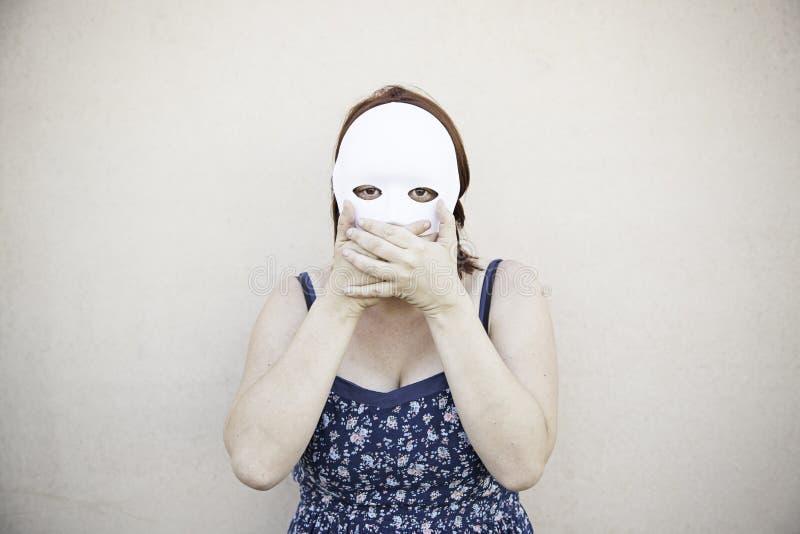 Silenzio della ragazza della maschera fotografie stock