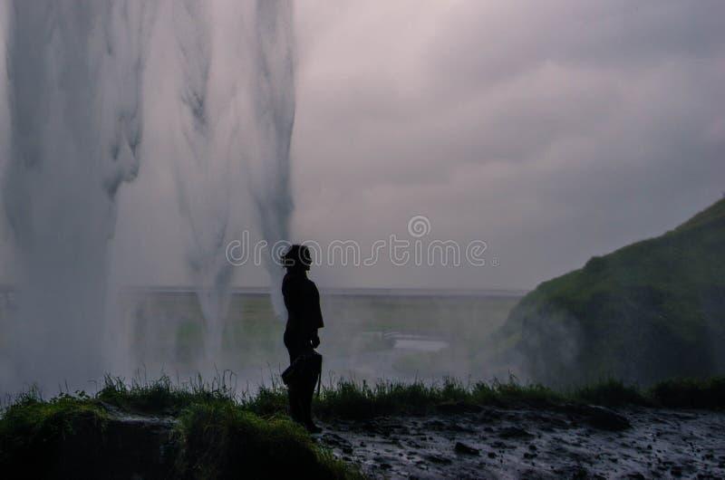 Silhouet achter Seljalandsfoss stock foto's