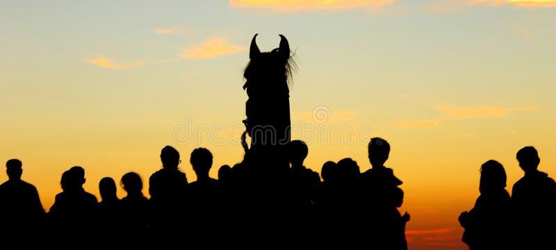 Silhouet bij zonsondergang wordt geschoten die royalty-vrije stock fotografie