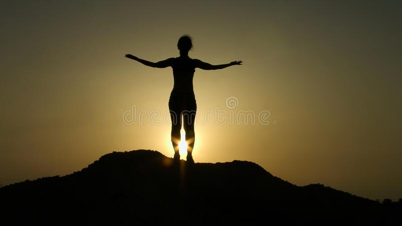 Silhouet bovenop de zonsopgang van de heuvelgroet met opgeheven handen, aspiratie, hoop royalty-vrije stock foto