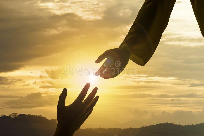 Silhouet die van Jesus helpend hand geven royalty-vrije stock afbeeldingen