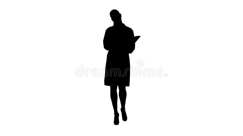 Silhouet Expressieve jonge vrouwelijke arts met creatief ideeholding notitieboekje en het lopen stock afbeeldingen